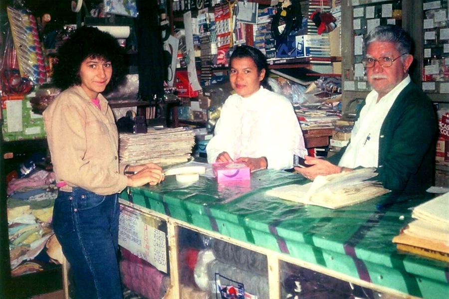Da direita pra esquerda, seu Acyr de Castro Alves, funcionária da loja e filha do seu Acyr, no balcão do Bazar São Paulo
